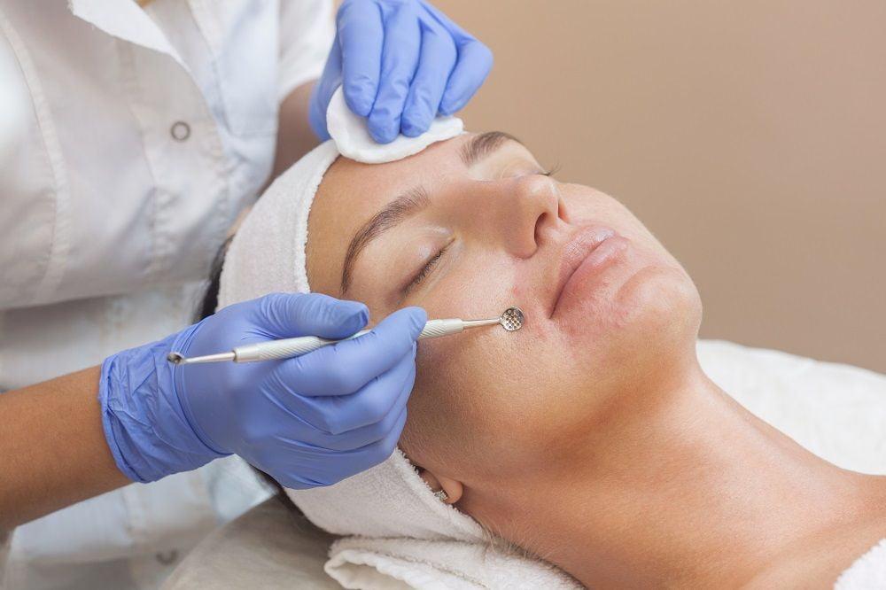 Проведение процедуры ручной чистки лица